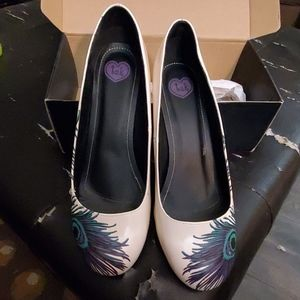 TUK size 11 ivory peacock pumps